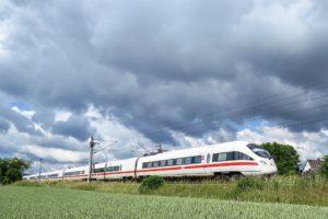 """Fernzüge zwischen großen Städten künftig im Halbstundentakt? Ambitionierte Ziele des """"Deutschland-Takts"""", mit dem künftig sehr viel mehr Menschen und Güter auf die Schiene gebracht werden sollen."""