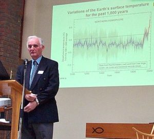 Sir John Houghton spricht im Februar 2005 in High Wycombe, westlich von London, über den Klimawandel.